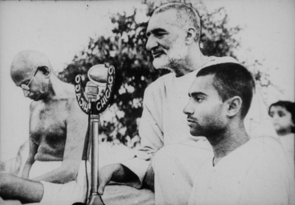 gandhi-and-abdul-ghaffar-khan-during-prayer-