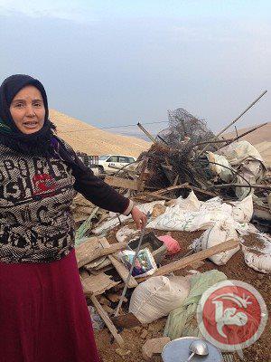 Hayla Bany Maniya vicino alla propria casa nella valle del Giordano dopo che è stata demolita dalla autorità israeliane il 31 gennaio 2014