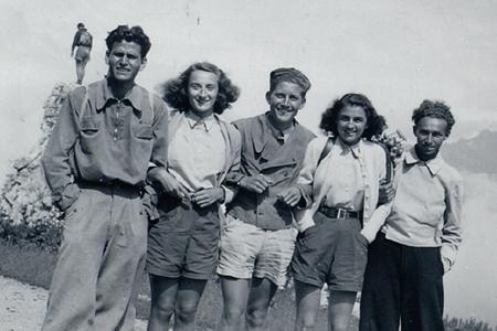 Bianca Guidetti Serra, la seconda da sinistra. Il primo a sinistra è Alberto Salmoni, l'ultimo a destra è Primo Levi