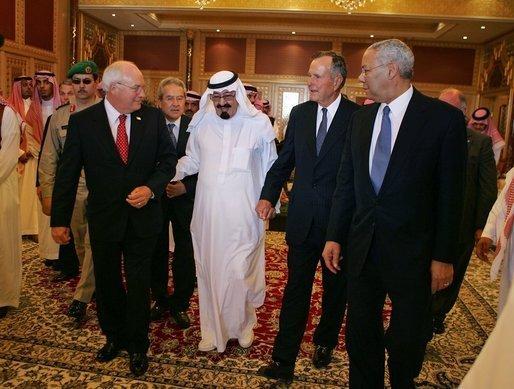 «?Re Abdullah con Dick Cheney e George H.W. Bush, Agosto 2005?» photo by David Bohrer - Wikimedia