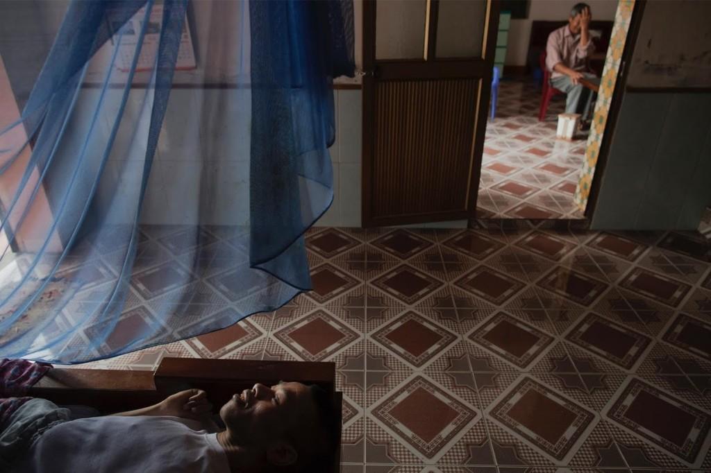 Lai Van Manh, con menomazioni fisiche e mentali, se ne sta a letto.