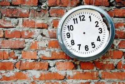 rotto-l-39-orologio-sul-muro-di-mattoni
