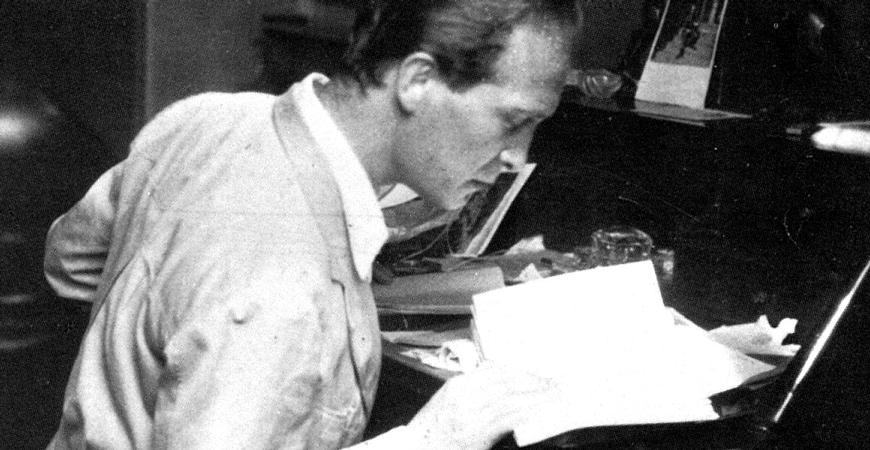 Franco Antonicelli alla scrivania