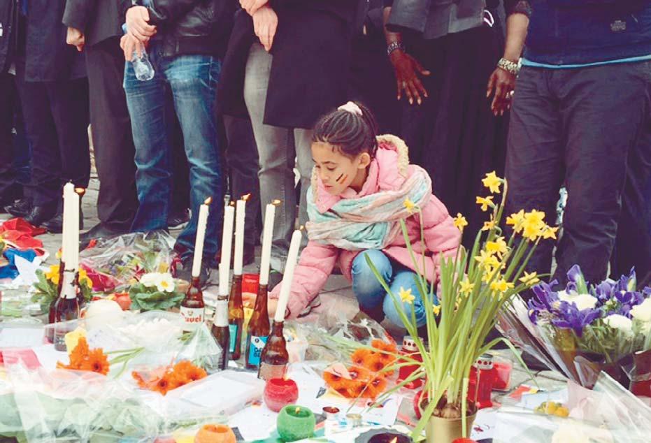 Candele, fiori emessaggi nel memoriale spontaneo allestito alla Bourse, nel centro di Bruxelles