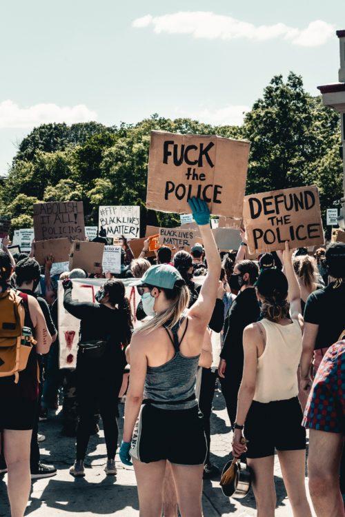 In lotta contro lo stato di polizia