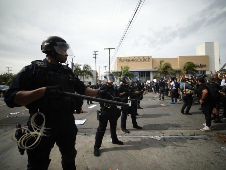 """Violenza della polizia e proteste """"pacifiche"""""""